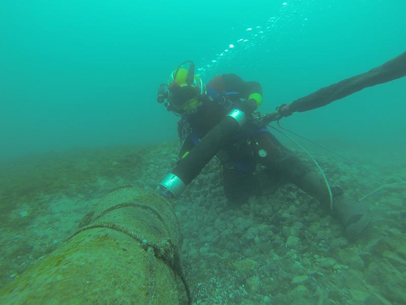 diver doing maintenance